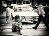 Az Etiópiai hajléktalan ember ül az úton