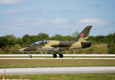 Jetfighter taxiing