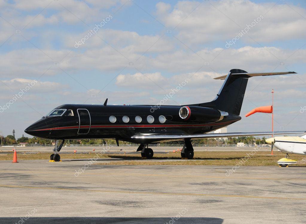 Aereo Privato Costo : Avión negro — foto de stock icholakov