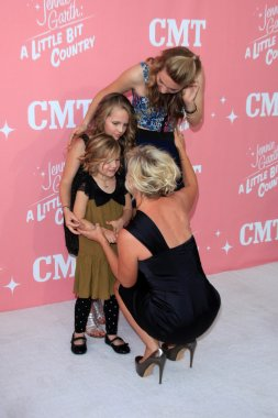Jennie Garth with daughters Luca Bella Facinelli, Lola Ray Facinelli, Fiona Eve Facinelli