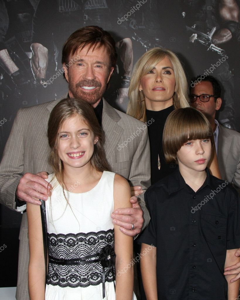 Family photo of the actor &  military personnel, married to Gena O