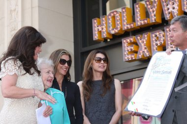 Valerie Bertinelli, Betty White, Wendie Malick, Jane Leeves, Leron Gubler