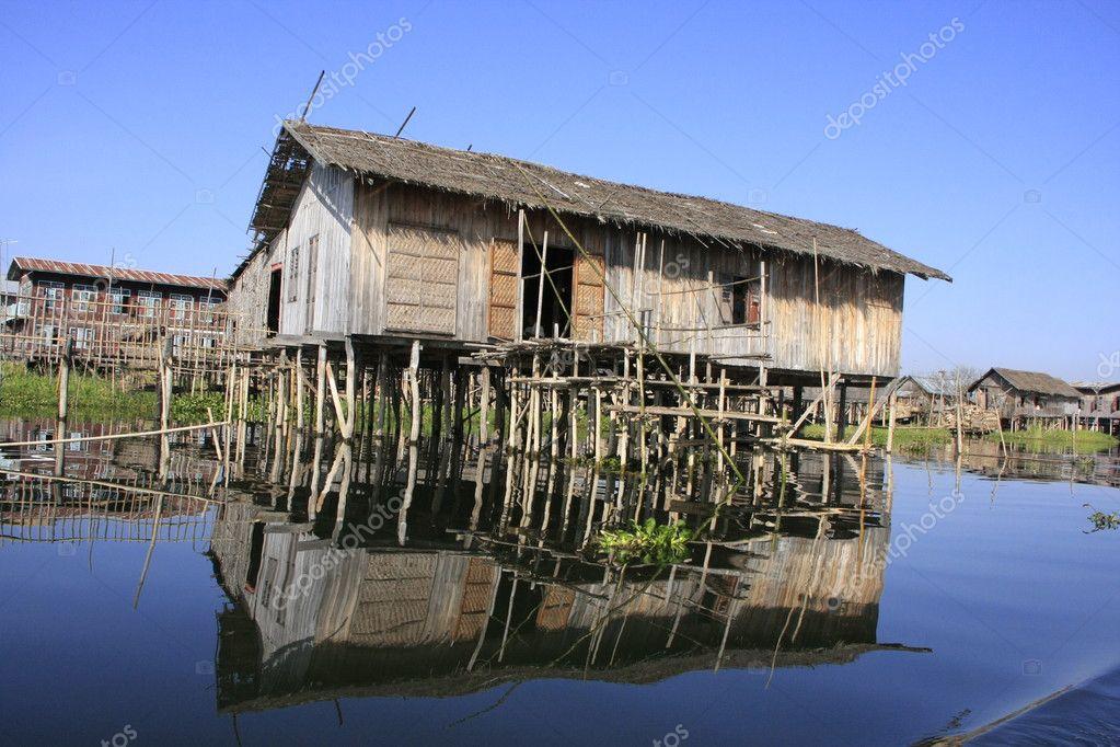 Case su palafitte in legno tradizionale lago inle for Moderni piani di palafitte