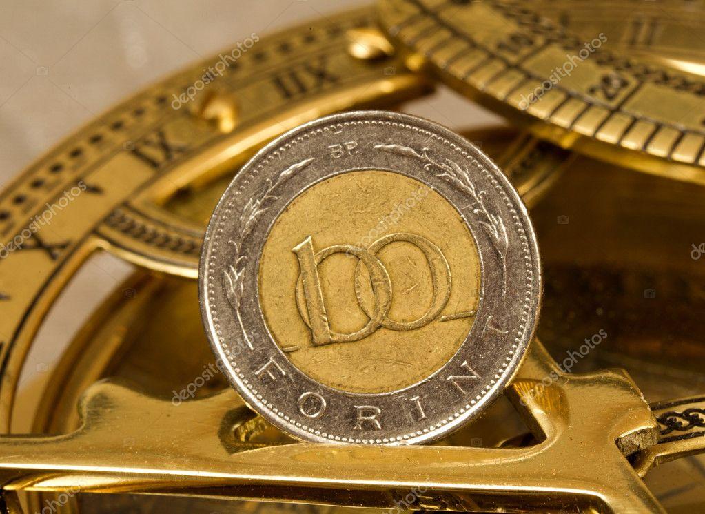 100 Forint Münze Auf Alten Kompass Stockfoto Posztos 11937476