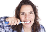 žena kartáčový zuby zavřít