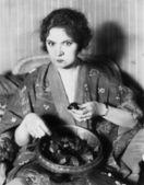 Frau isst Pralinen aus einer Schüssel
