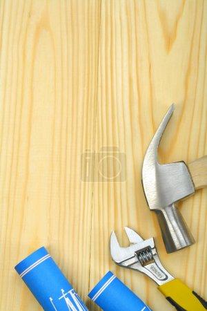 Photo pour Image de l'espace de copyspace de la clé à marteau et des plans - image libre de droit