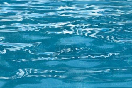 Photo pour Eau claire et transparente dans la piscine. - image libre de droit