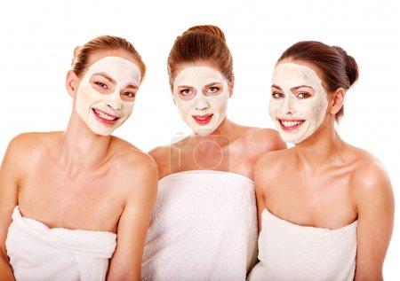 Photo pour Femmes de groupe avec le masque du visage au spa beauté. - image libre de droit