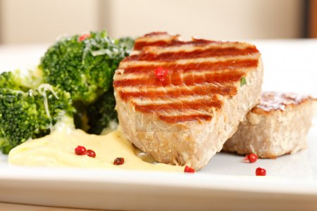 Tuna steak with broccoli
