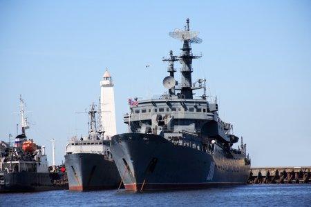 Photo pour Navire de guerre russe dans un port près du phare - image libre de droit