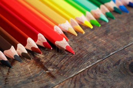 Photo pour Ensemble de crayons de couleur sur une vieille surface en bois sombre - image libre de droit