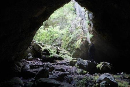 Photo pour Découvrir des grottes sauvages dans les montagnes de Crimée, Ukraine - image libre de droit