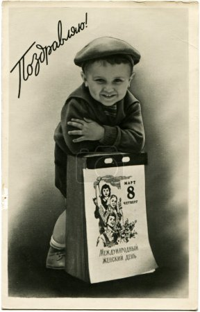 Photo pour URSS - CIRCA 1961 : Reproduction de cartes postales anciennes Boy est basé sur le calendrier avec la date Mars 8, vers 1961 Texte russe - Félicitations ! - image libre de droit