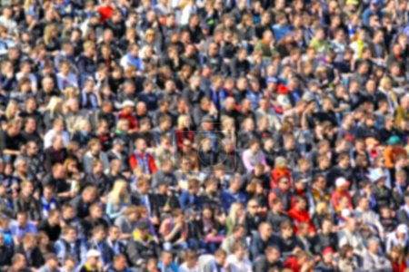 Photo pour Floue foule de spectateurs sur une tribune du stade lors d'une manifestation sportive - image libre de droit