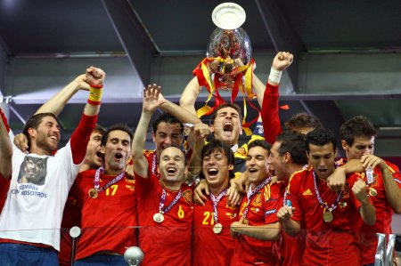 Photo pour KYIV, UKRAINE - JULY 1, 2012: Spain national football team celebrates their winning of the UEFA EURO 2012 Championship after the game against Italy at NSC Olympic stadium on July 1, 2012 in Kyiv, Ukraine - image libre de droit