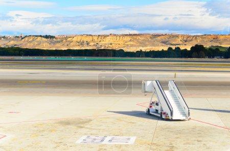 Photo pour Rampe debout sur le terrain à l'aéroport de Barajas, Madrid, Espagne - image libre de droit