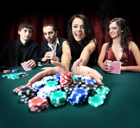 Photo pour Belle jeune femme jouant au casino - image libre de droit