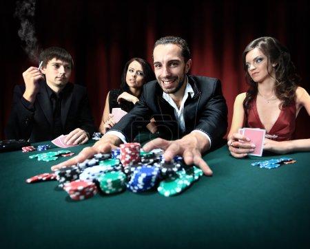 Photo pour Joueur de poker va avancer « all in » ses jetons - image libre de droit