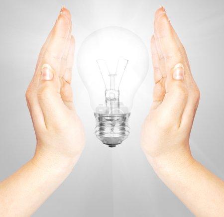 Photo pour Femme mains tenant ampoule - image libre de droit