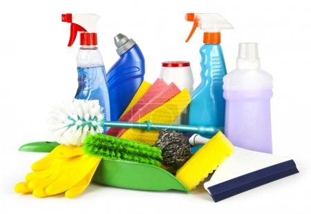 Photo pour Collection de produits de nettoyage et d'outils sur fond blanc - image libre de droit