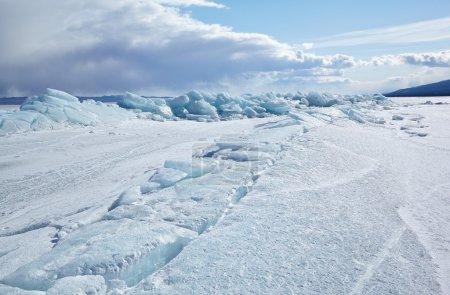 Photo pour Paysage de glace d'hiver sur le lac sibérien Baikal - image libre de droit