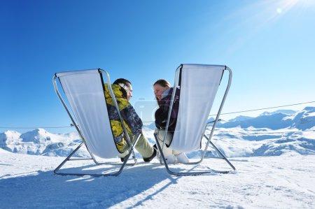 Photo pour Couple à montagne en hiver, Val-d'Isère, Alpes, France - image libre de droit