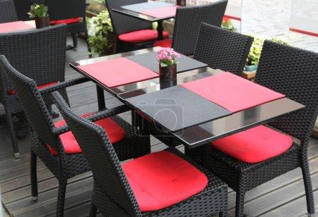Photo pour Table et chaises. Rouge et noir - image libre de droit