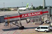 Istanbul, Turecko - Červen 06: načítání platforma a vozíky v istanbul Atatürkovo letiště 06 červen, 2012 v Istanbulu, Turecko