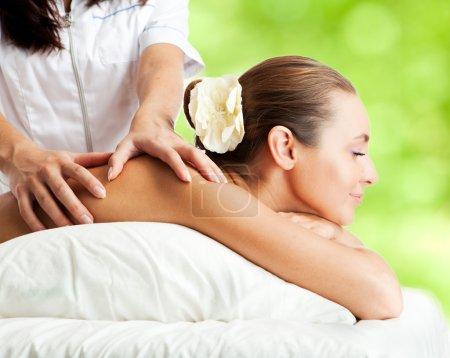 Photo pour Belle femme à la procédure de massage - image libre de droit