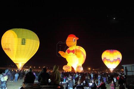 Photo pour Trois énormes ballons. Des ballons qui brillent dans le ciel nocturne - image libre de droit