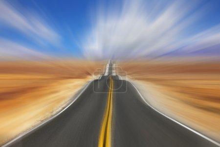 Photo pour Chaude journée de désert. un mirage à haute vitesse - image libre de droit