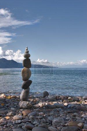 Foto de Pirámide de piedras costeras combinadas por el maestro local - el amateur - Imagen libre de derechos