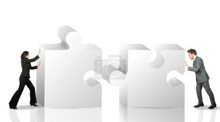 Photo pour Partenaire commercial déplacer des pièces de puzzle - image libre de droit