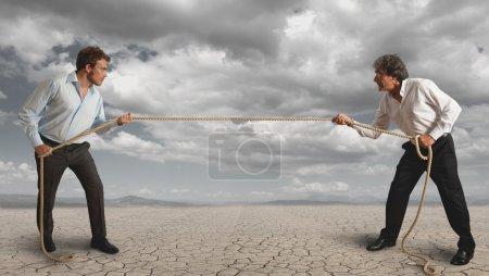 Photo pour Homme d'affaires et tirer la corde, concept de défi - image libre de droit