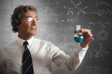 Photo pour Homme d'affaires prend la formule chimique de la réussite - image libre de droit