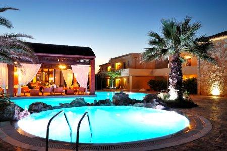 Restaurant im Freien bei Sonnenuntergang im Luxushotel, pieria, gr