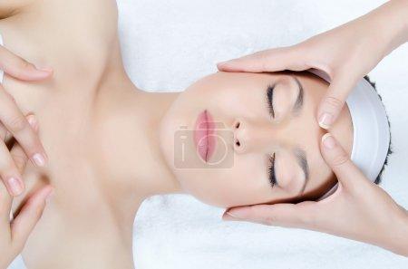 Photo pour Massage facial à la femme gros plan - image libre de droit