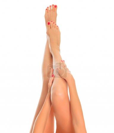 Photo pour Longues jambes féminines sur fond blanc - image libre de droit
