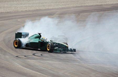 Photo pour Formula One Car effectue un virage sur le parcours - image libre de droit