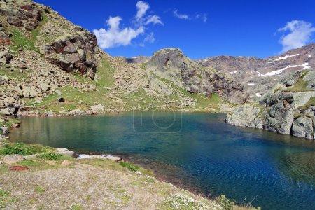 Photo pour Vue estivale du lac Noir dans le parc national du Stelvio, Trentin, Italie - image libre de droit