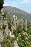 Guadalest ve Španělsku. pohled shora na hrad a hory