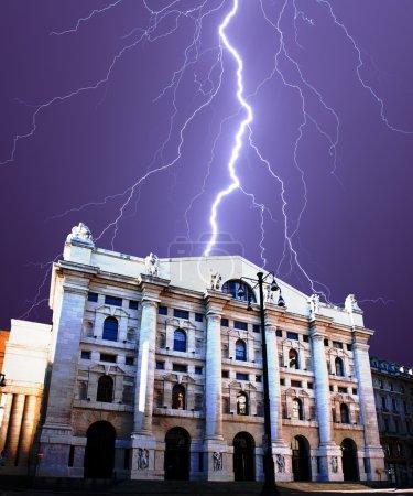 Foto de Intercambio del edificio bajo sus rayos en Milán - Italia - Imagen libre de derechos