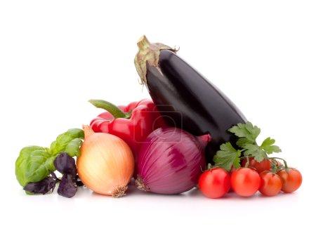 Photo pour Poivron doux, oignon, tomate, aubergine et basilic feuilles nature morte isolé sur fond blanc découpe - image libre de droit
