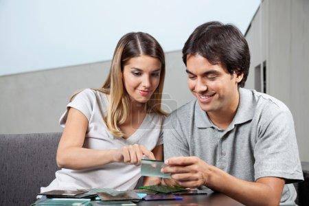 Photo pour Jeune couple au choix entre différents échantillons de carreaux de verre - image libre de droit