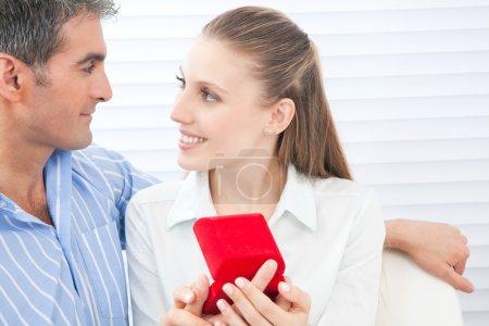 couple tenant boîte bague
