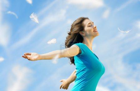 Photo pour Une belle fille, appréciant le soleil d'été - image libre de droit