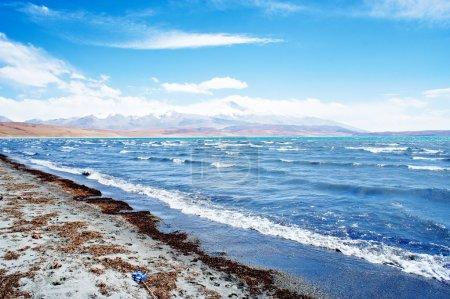 Photo pour Le lac Rakshas Tal, paysage du Tibet - image libre de droit