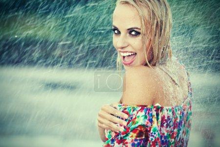 Photo pour Portrait de jeune femme belle sous la pluie - image libre de droit