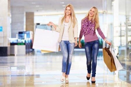 Photo pour Jeunes filles attrayantes avec des sacs à provisions - image libre de droit